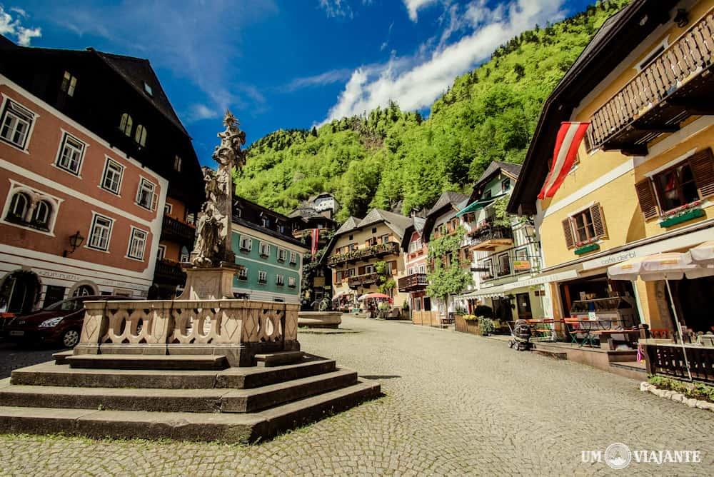 A pequena praça no centro de Hallstatt