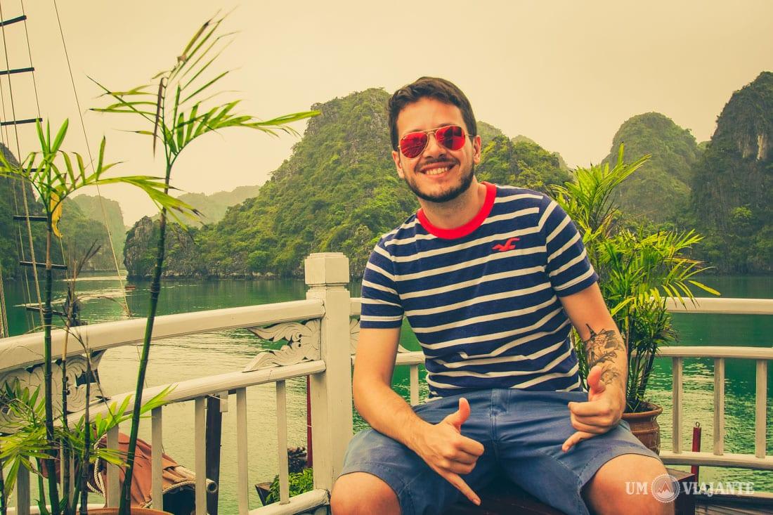 Um Viajante em Halong Bay, no Vietnam