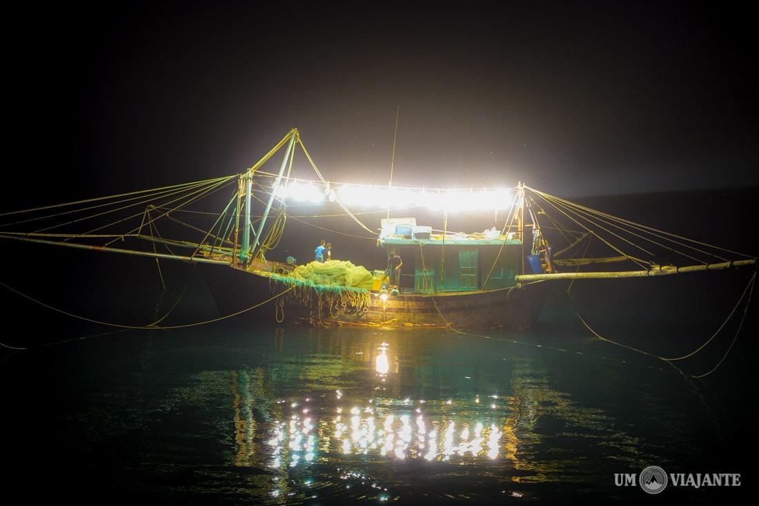 Pesca noturna em Halong Bay, Vietnã
