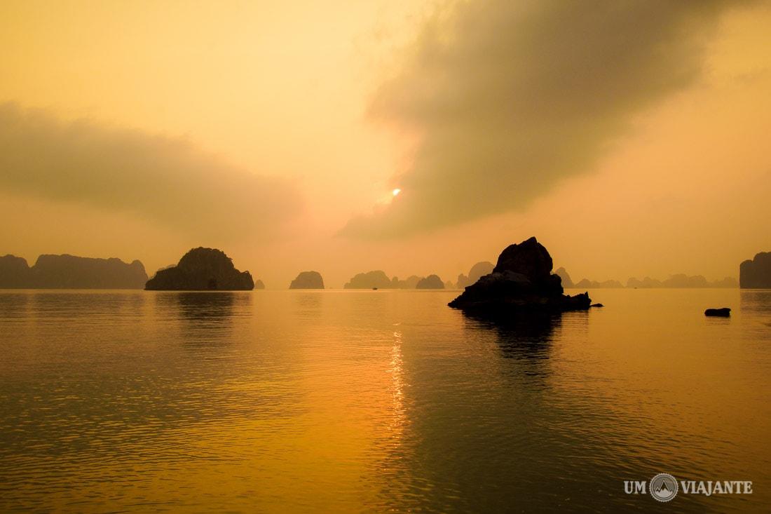 Pôr do sol em Halong Bay, Vietnã