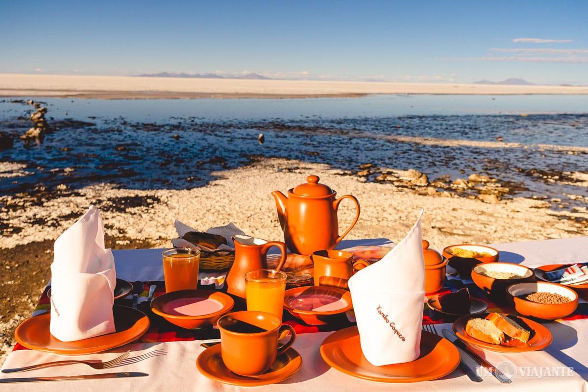 Café da manhã de frente para o Salar de Uyuni