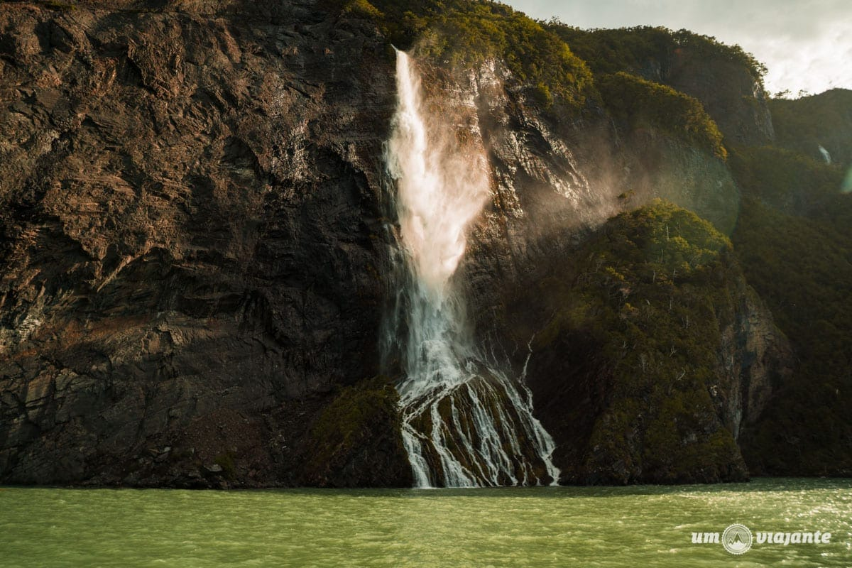 Cachoeira - Navegação Glaciar Balmaceda e Serrano