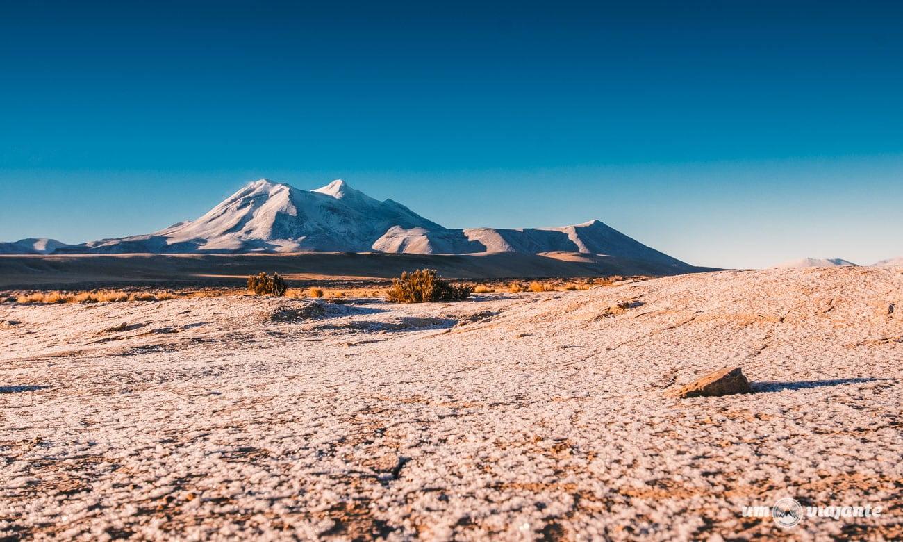 Cordilheira e Vulcões no Deserto do Atacama   Foto: Robson Franzói @blogumviajante