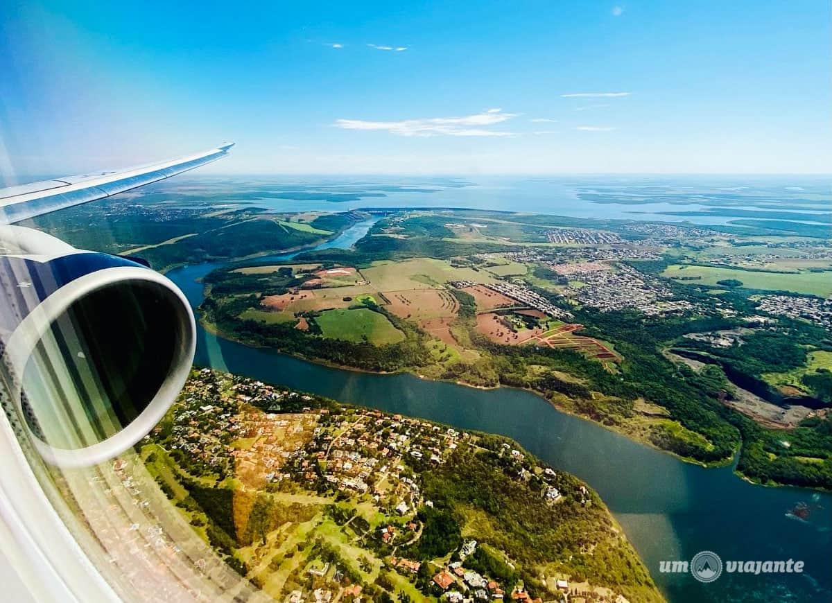 Chegando de avião em Foz do Iguaçu com vista para Itaipu Binacional